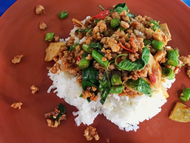 Cierre encima de la cocina tailandesa de los alimentos de preparaci?n r?pida en el disco para el servicio, concepto del viaje de  fotografía de archivo
