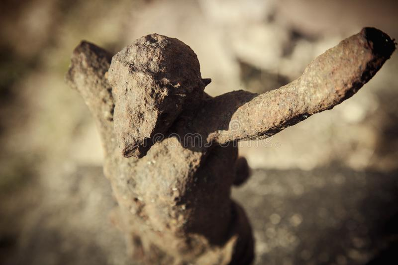 Cierre encima de la estatua antigua destruida del hierro de la crucifixión de Jesús de Nazaret - Jesus Christ como símbolo del al imagen de archivo libre de regalías