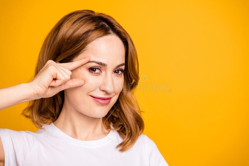 Cierre encima de la foto hermosa asombroso ella su pómulo astuto de la mejilla de la cara de la mano de brazo del control de la s fotografía de archivo