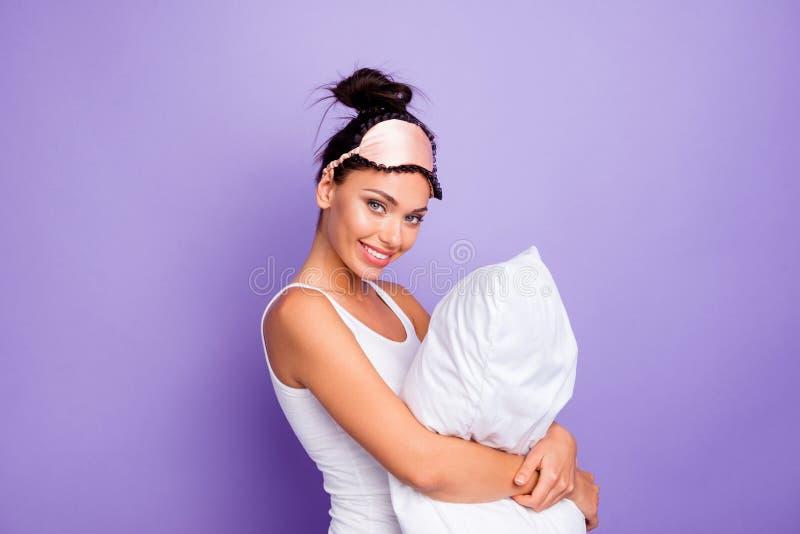 Cierre encima de la foto lateral del perfil hermosa ella su señora lleva a cabo las manos de brazos del abrazo soporta desgaste  fotografía de archivo libre de regalías