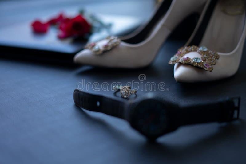 Cierre encima de la foto macra a los pares de anillos para escardar de manera tradicional en Camboya fotos de archivo