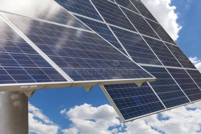 Cierre encima de la foto de la vista lateral del panel solar dos en fondo hermoso del cielo azul de la nube fotos de archivo libres de regalías