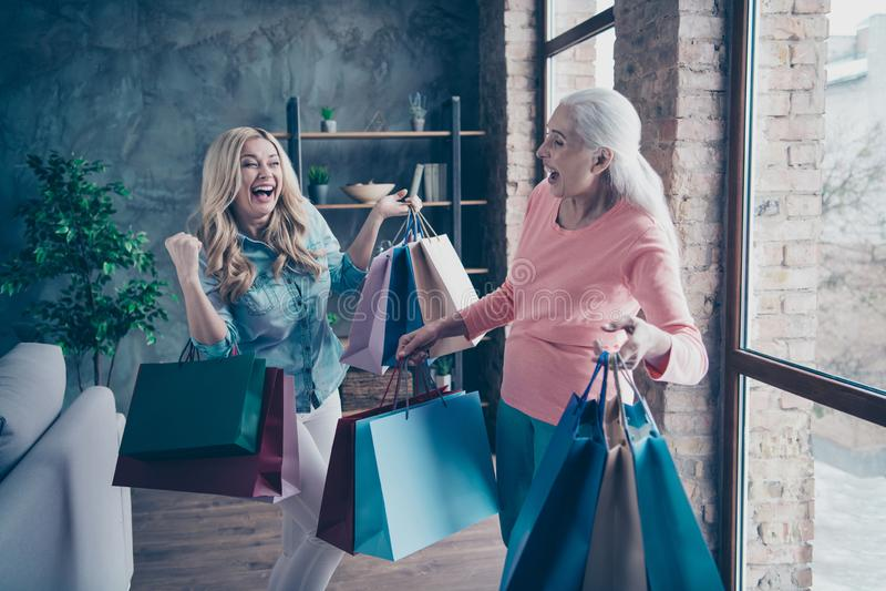 Cierre encima de la gente hermosa divertida de la foto dos ella su nieta de la abuelita de las señoras que deja a sala de exposic fotos de archivo libres de regalías
