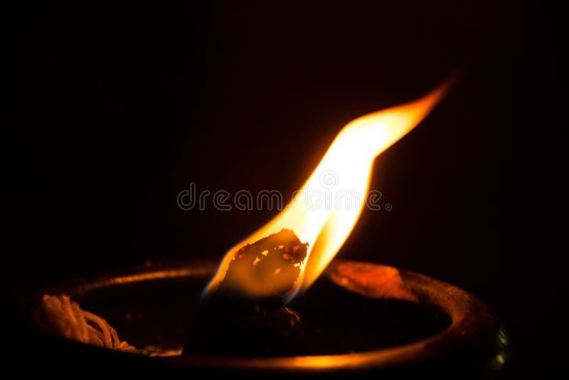 Cierre encima de la luz del fuego para la adoración al Buda imágenes de archivo libres de regalías