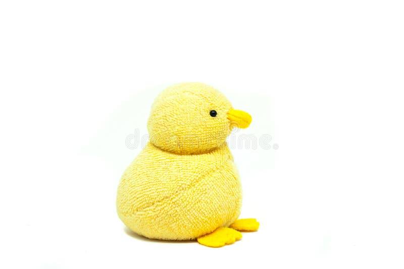 Cierre encima de la muñeca amarilla del pato para el niño aislado en el fondo blanco imágenes de archivo libres de regalías