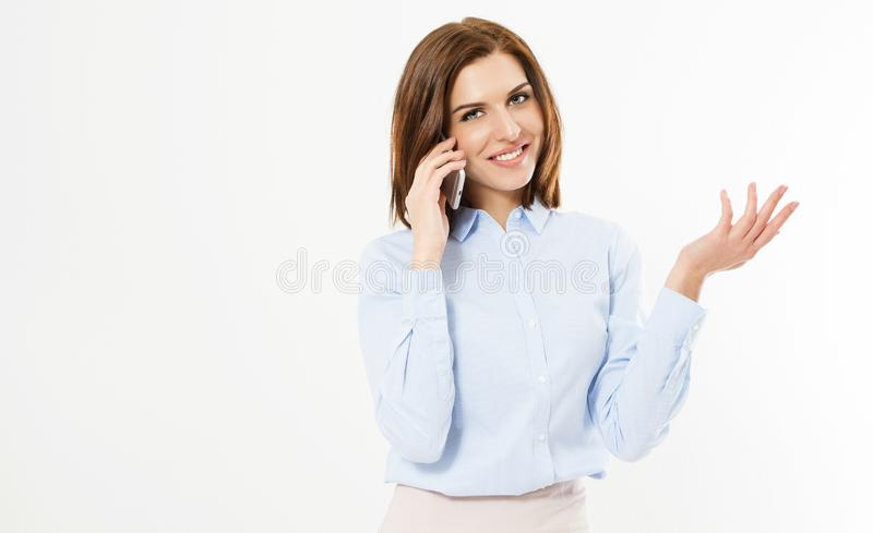 Cierre encima de la mujer morena de la oficina joven que habla con alguien en su teléfono móvil mientras que mira en la cámara co fotografía de archivo