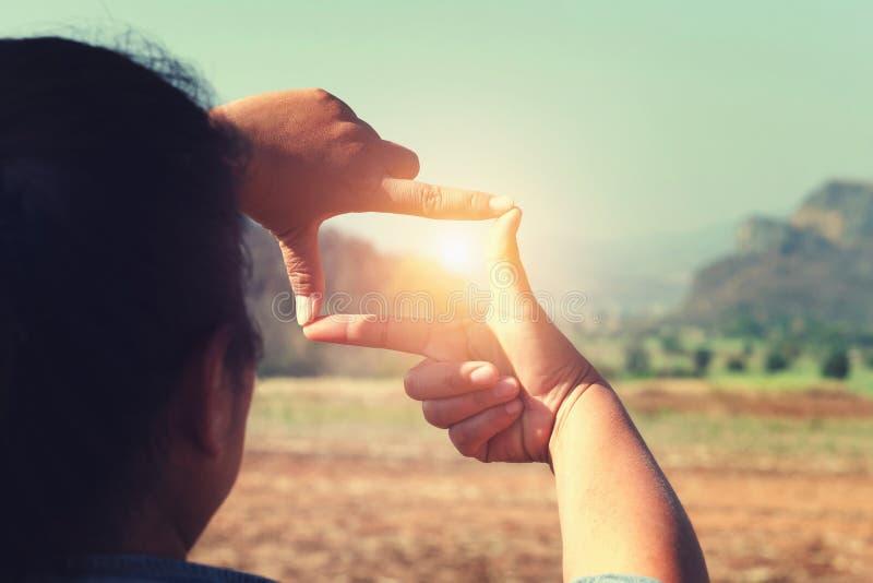 cierre encima de la opinión que enmarca de la mano distante encima fotografía de archivo libre de regalías