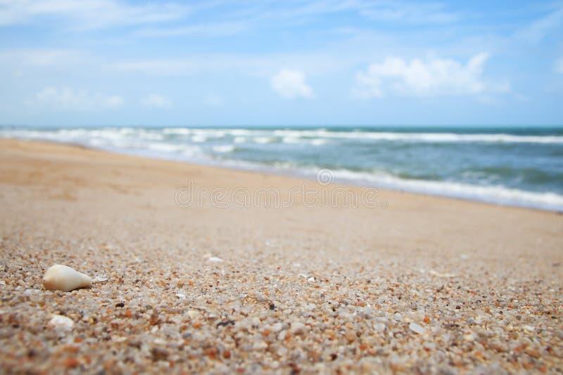 Cierre encima de la playa de la arena tropical con empañado fotografía de archivo