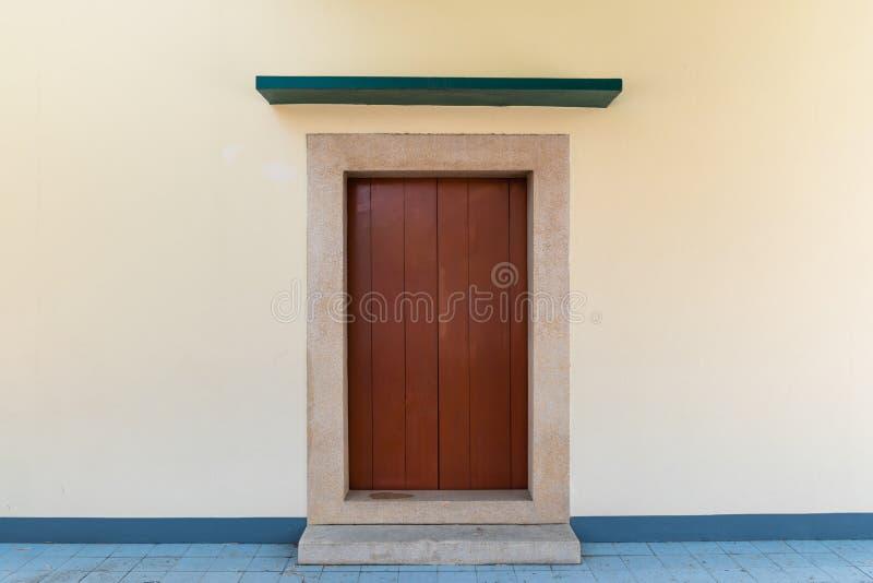 Cierre encima de la puerta de madera del estilo chino fotos de archivo