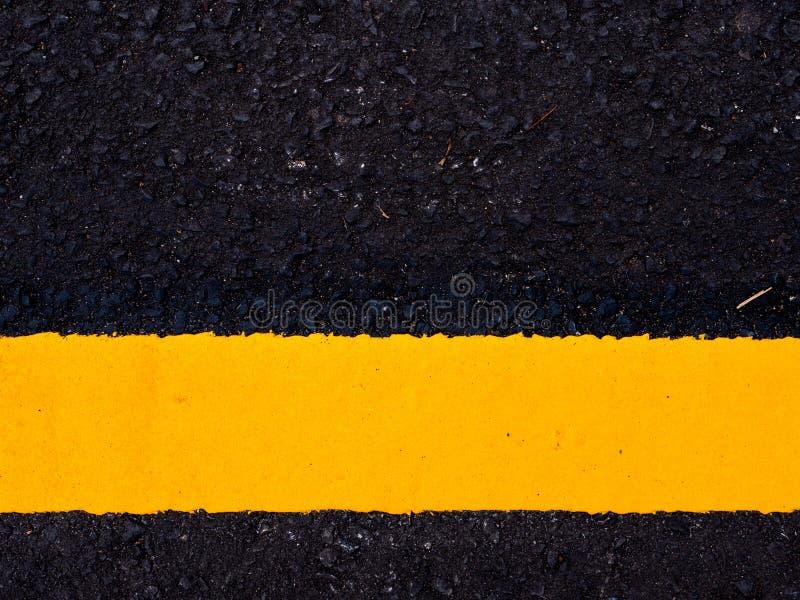 cierre encima de la superficie de la carretera, línea amarilla del tráfico fotografía de archivo libre de regalías