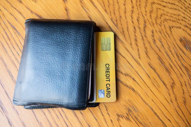 Cierre encima de la tarjeta y de la cartera de crédito para hacer compras negocio, forma de vida, tecnología, comercio electrónic imagen de archivo libre de regalías