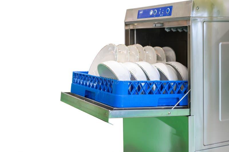 Cierre encima de la taza y de la placa blanca en cesta en la máquina moderna automática del lavaplatos para industrial aislada en fotos de archivo libres de regalías