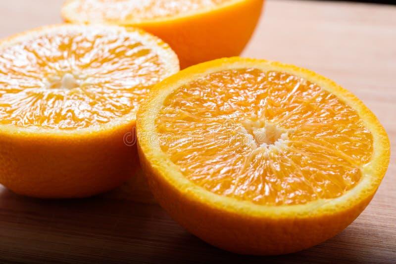 Cierre encima de la vista recientemente de las rebanadas de la naranja del corte fotografía de archivo libre de regalías