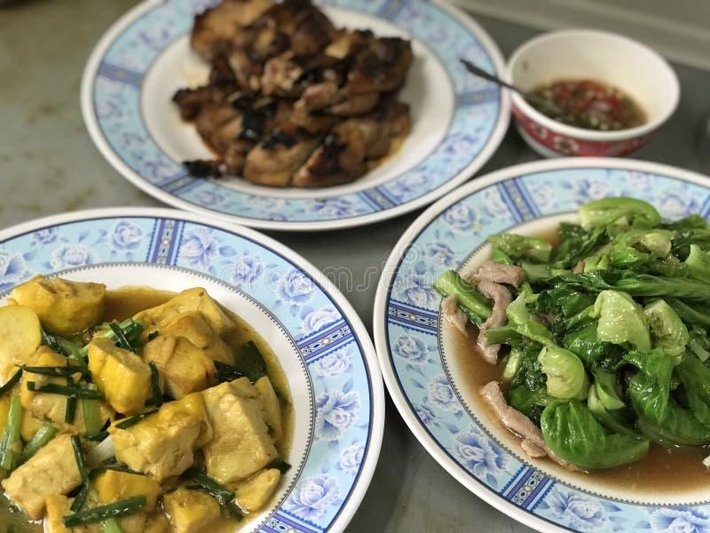 Cierre encima de las comidas tailandesas de la cocina en el returant, concepto del viaje de la comida imagen de archivo libre de regalías