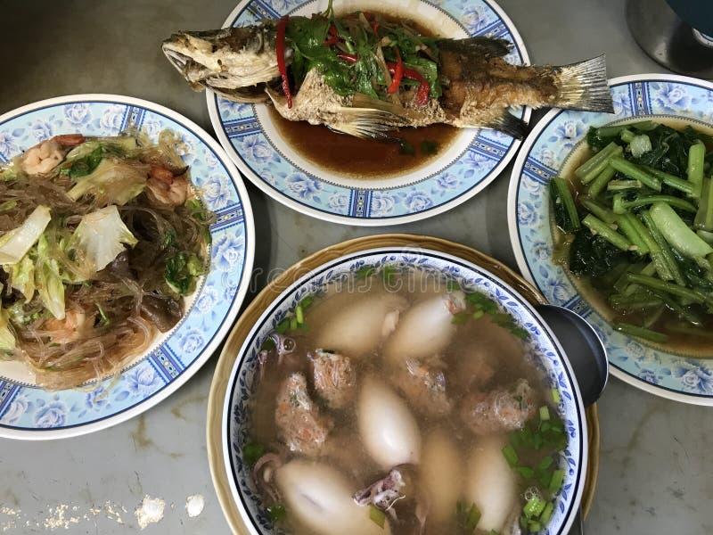 Cierre encima de las comidas tailandesas de la cocina en el returant, concepto del viaje de la comida imagen de archivo