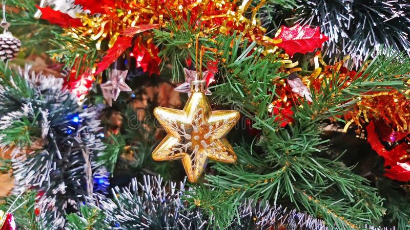 Cierre encima de las decoraciones y del fondo del Año Nuevo, decoración del árbol de navidad de las vacaciones de invierno fotos de archivo libres de regalías