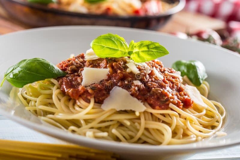 Cierre encima de los espaguetis italianos boloñés de las pastas en la placa blanca imágenes de archivo libres de regalías