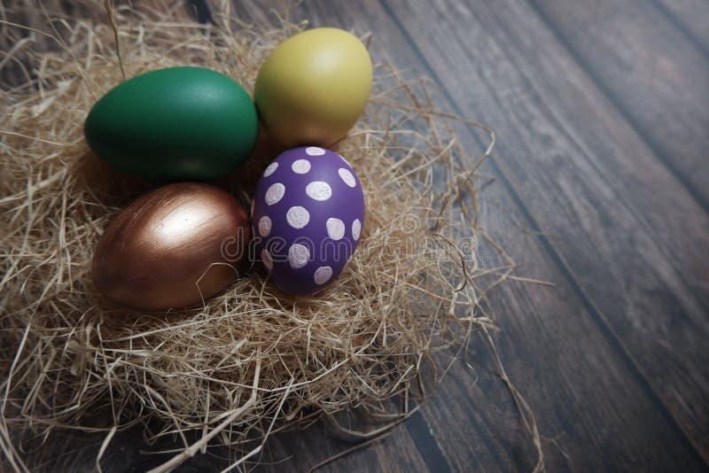 Cierre encima de los huevos de Pascua en la tabla de madera foto de archivo libre de regalías