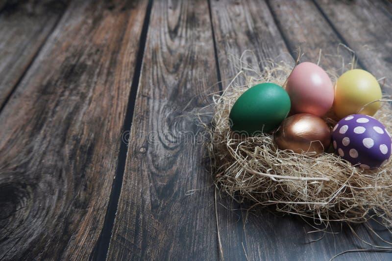 Cierre encima de los huevos de Pascua en la tabla de madera fotos de archivo libres de regalías