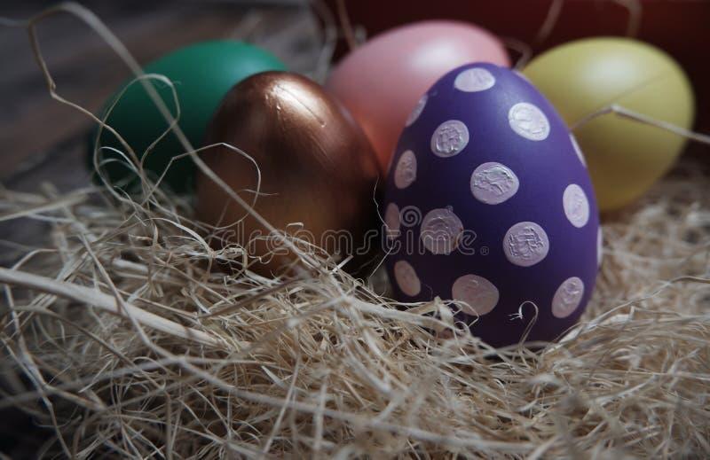 Cierre encima de los huevos de Pascua en la tabla de madera imagenes de archivo