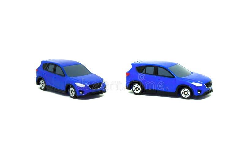 Cierre encima de los juguetes azules del coche aislados en el fondo blanco imagen de archivo libre de regalías