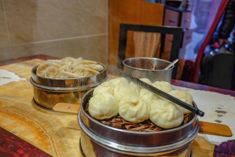 Cierre encima de los pequeños bollos del vapor en restaurante chino foto de archivo libre de regalías