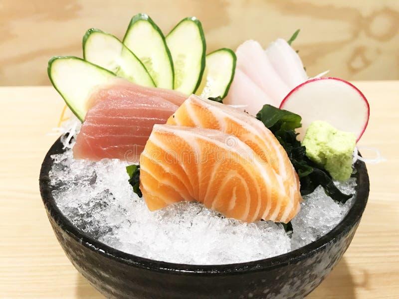 Cierre encima de pescados cortados crudos determinados del sashimi de la vista lateral fotografía de archivo
