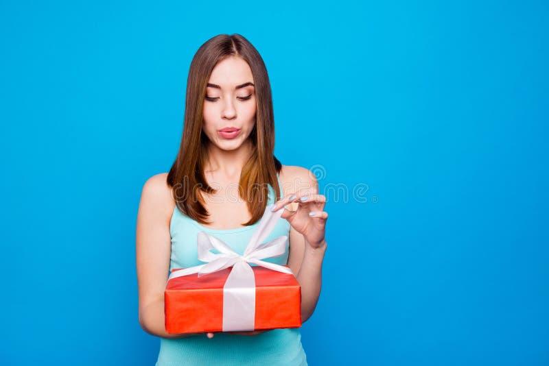 Cierre encima de sorprender de la foto maravilloso ella su señora sostiene los brazos que la caja de regalo grande no puede coloc fotos de archivo libres de regalías