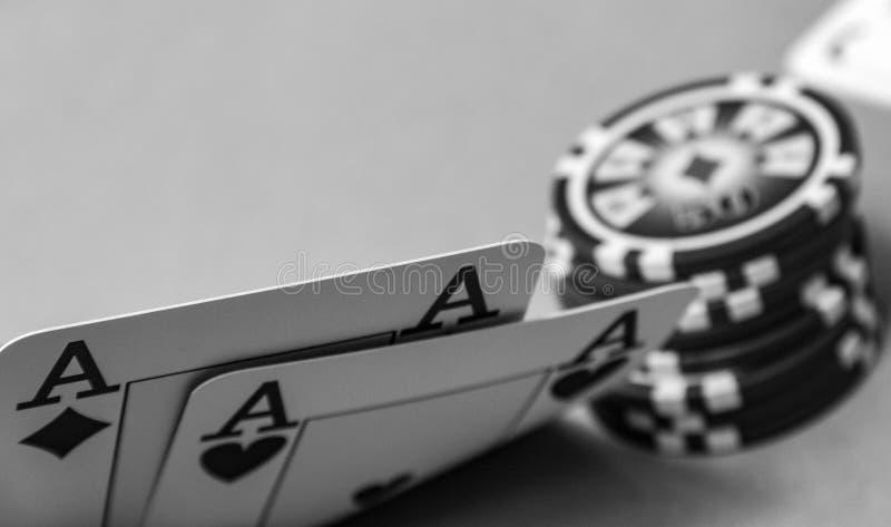 Cierre encima de tarjetas del póker dos as que levantan la esquina foto de archivo libre de regalías