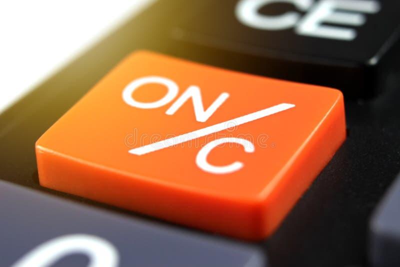 Cierre encima del botón de encendido anaranjado ON/C en calculadora fotografía de archivo libre de regalías