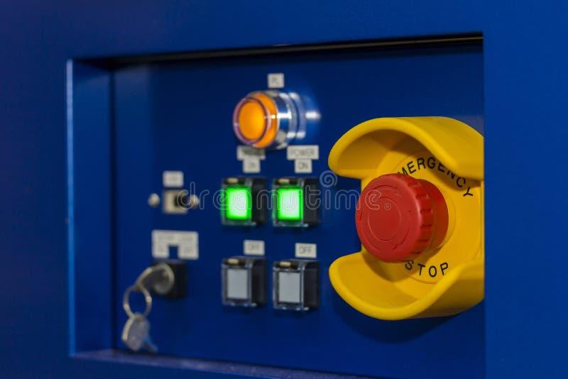 Cierre encima del botón de paro de emergencia en el panel de control de la máquina para la seguridad en la fábrica fotos de archivo