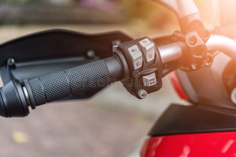 Cierre encima del botón y del manillar de cuerno de la motocicleta fotos de archivo libres de regalías
