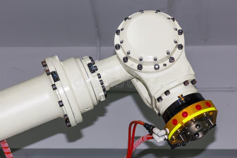 Cierre encima del brazo industrial del robot de soldadura con la unidad rápida del apretón para el tenedor de electrodo del mig o imagenes de archivo