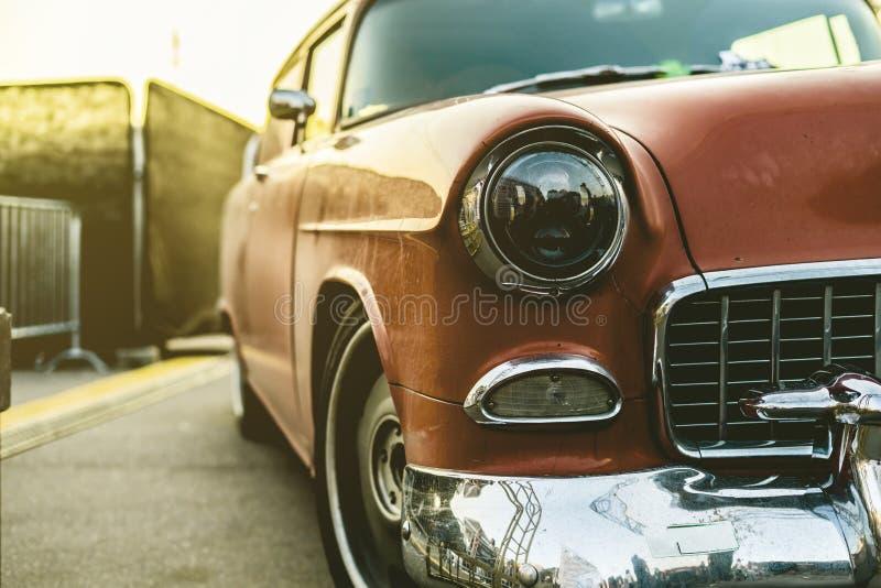 Cierre encima del coche retro rico en una puesta del sol un estilo del vintage imágenes de archivo libres de regalías