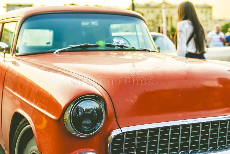 Cierre encima del coche retro rico en una puesta del sol un estilo del vintage foto de archivo libre de regalías