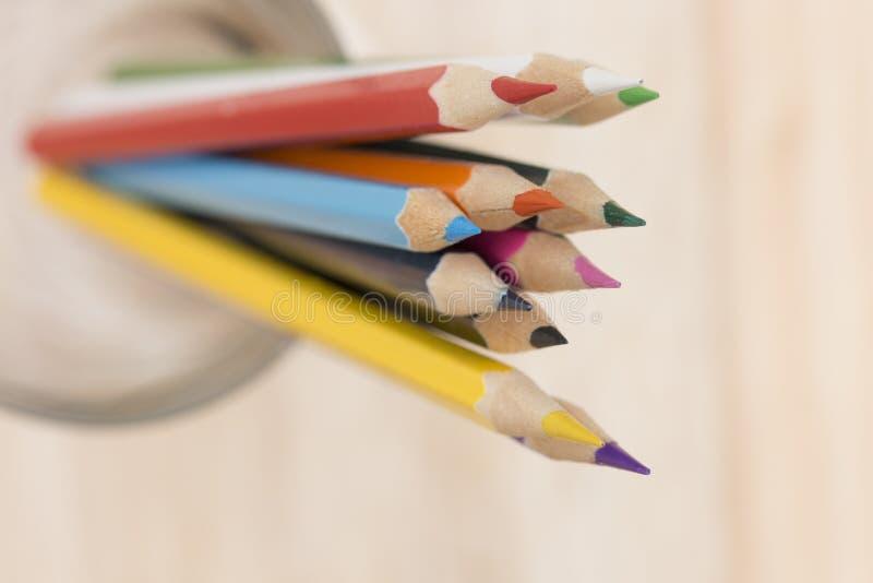Cierre - encima del color de los lápices foto de archivo