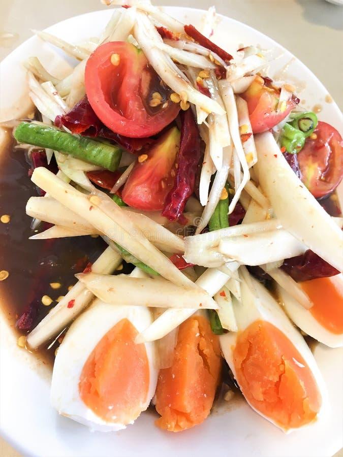 Cierre encima del estilo tailandés, ensalada de la papaya con el huevo salado, fondo de madera fotografía de archivo
