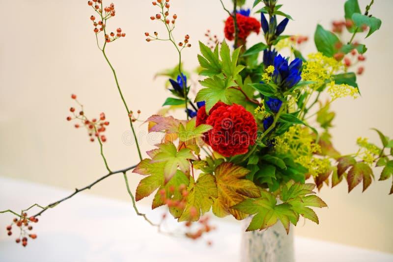 Cierre - encima del fragmento del centro de flores Ikebana fotos de archivo