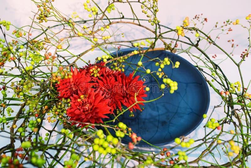 Cierre - encima del fragmento del centro de flores Ikebana imagen de archivo