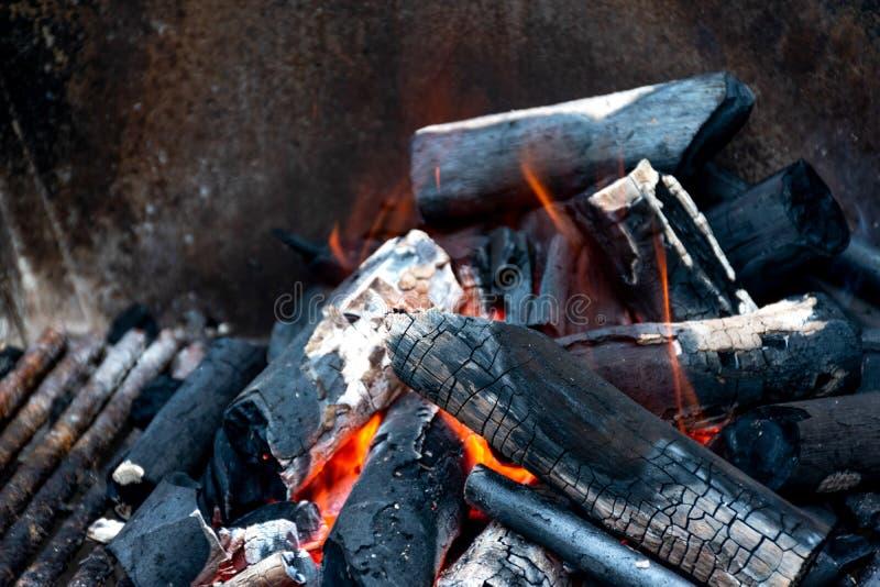 Cierre encima del fuego de la ceniza del carbón de leña que quema caliente foto de archivo