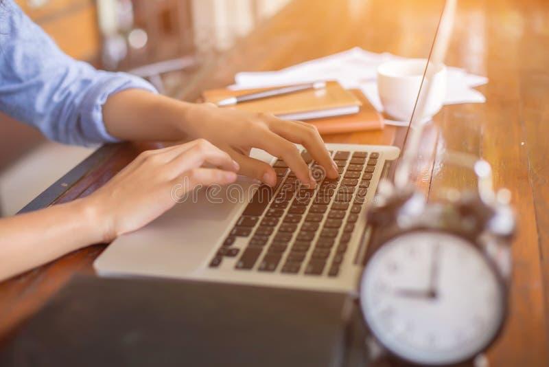 Cierre encima del funcionamiento femenino del negocio en oficina imagenes de archivo