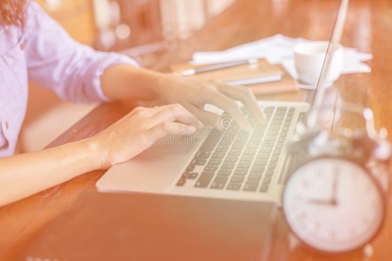 Cierre encima del funcionamiento femenino del negocio en oficina imagen de archivo