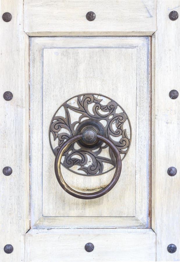 Cierre encima del golpeador de puerta de cobre amarillo tradicional chino antiguo en el fondo blanco de la puerta de la textura T fotografía de archivo
