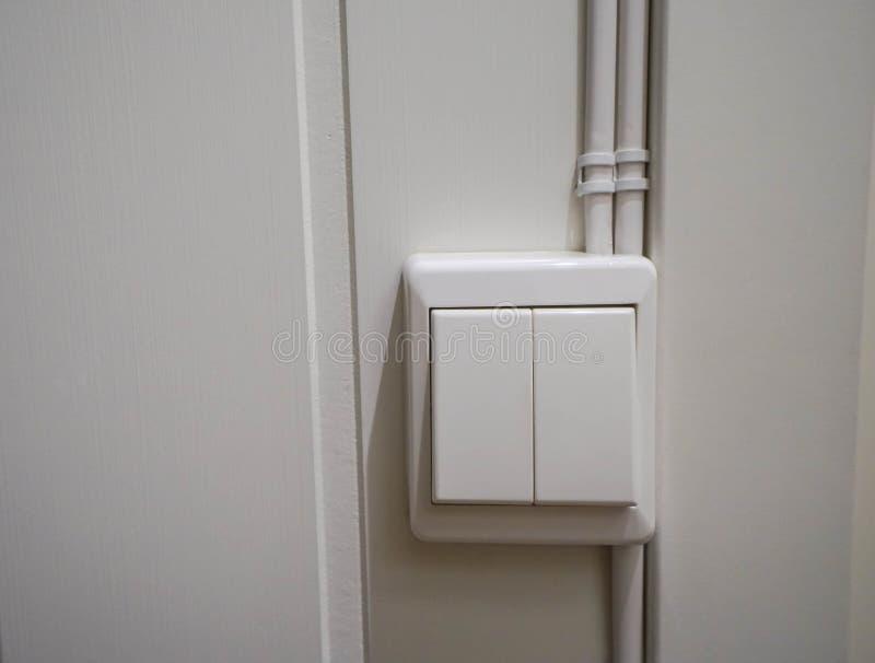 Cierre encima del interruptor de la luz blanco en casa imágenes de archivo libres de regalías