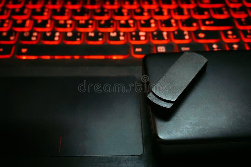 Cierre encima del Memory Stick negro de memoria USB y almacenamiento desprendible portátil de la unidad de disco duro externa en  imagenes de archivo