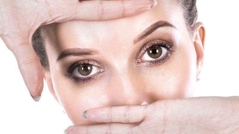 Cierre encima del ojo azul hermoso que abre belleza natural macra del iris humano fotos de archivo libres de regalías