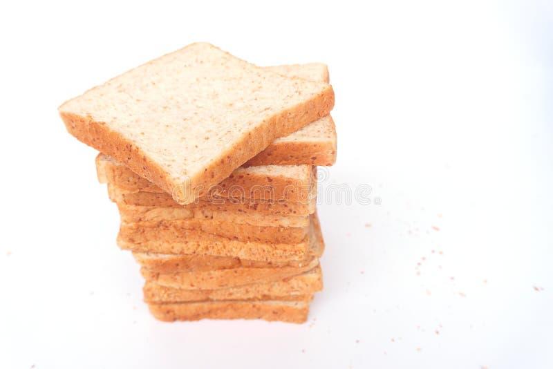 Cierre encima del pan cortado marrón del trigo integral aislado en el fondo blanco Preparación hecha en casa sana del desayuno de imagen de archivo libre de regalías