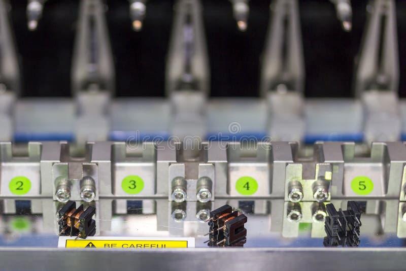 Cierre encima del pequeño transformador eléctrico en la alta precisión y la exactitud de la máquina de bobina automática múltiple fotos de archivo libres de regalías