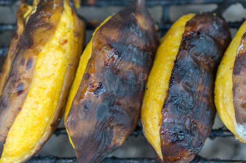 Cierre encima del plátano tailandés asado del estilo en la comida de la calle fotografía de archivo