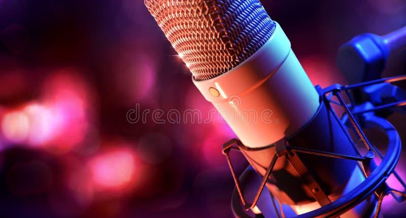 Cierre encima del recordin vivo del micrófono de condensador y del equipo del estudio fotos de archivo